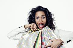 Πορτρέτο της μαύρης γυναίκας ευχαριστημένο από τις τέλειες τσάντες εγγράφου αγορών Στοκ Εικόνα