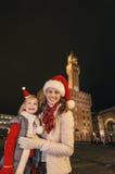 Πορτρέτο της μητέρας και της κόρης στα καπέλα Χριστουγέννων στη Φλωρεντία Στοκ Εικόνες