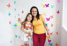 Πορτρέτο της μητέρας και της κόρης στο χώρο για παιχνίδη Στοκ Φωτογραφία