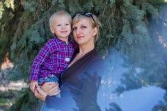 Πορτρέτο της μητέρας και του νέου γιου Στοκ εικόνα με δικαίωμα ελεύθερης χρήσης