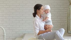 Πορτρέτο της μητέρας και του παιδιού στην κρεβατοκάμαρα στο κρεβάτι απόθεμα βίντεο