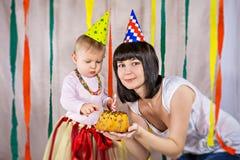 Μητέρα με τα πρώτα γενέθλια εορτασμού κοριτσάκι Στοκ Εικόνες
