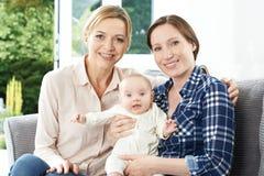 Πορτρέτο της μητέρας με την ενήλικα κόρη και το μωρό στοκ φωτογραφία