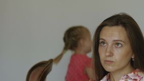 Πορτρέτο της μητέρας με την ενόχληση λίγου κοριτσιού παιδιών στο υπόβαθρο απόθεμα βίντεο