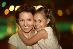Πορτρέτο της μητέρας με την κόρη Στοκ φωτογραφία με δικαίωμα ελεύθερης χρήσης