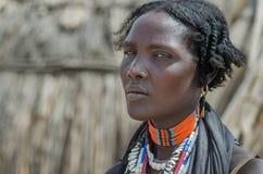 Πορτρέτο της μη αναγνωρισμένης γυναίκας από τη φυλή Arbore, Αιθιοπία Στοκ Εικόνα