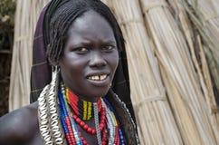 Πορτρέτο της μη αναγνωρισμένης γυναίκας από τη φυλή Arbore, Αιθιοπία Στοκ εικόνα με δικαίωμα ελεύθερης χρήσης