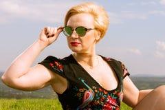 Πορτρέτο της μοντέρνης γυναίκας που φορά τις σκιές που κοιτάζουν μακριά Στοκ Φωτογραφία