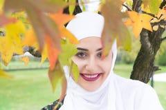 Πορτρέτο της μουσουλμανικής γυναίκας με το hijab στα ενδύματα tradicional Στοκ Φωτογραφίες