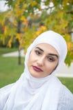 Πορτρέτο της μουσουλμανικής γυναίκας με το hijab Στοκ Φωτογραφία