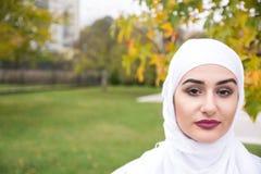 Πορτρέτο της μουσουλμανικής γυναίκας με το hijab Στοκ εικόνα με δικαίωμα ελεύθερης χρήσης