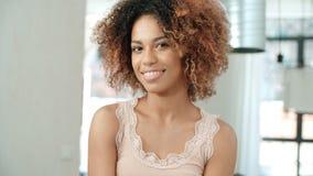 Πορτρέτο της νέας αμερικανικής γυναίκας afro στο σπίτι Στοκ φωτογραφία με δικαίωμα ελεύθερης χρήσης