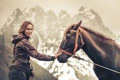 Πορτρέτο της νέας αρκετά εύθυμης γυναίκας με το άλογο Στοκ Εικόνες