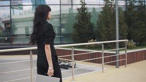 Πορτρέτο της νέας βέβαιας επιχειρησιακής γυναίκας στο κοστούμι με το φάκελλο για τα έγγραφα στα χέρια ένα κορίτσι σε ένα κοστούμι απόθεμα βίντεο