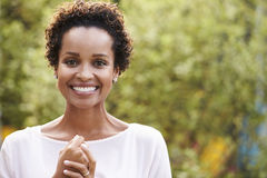 Πορτρέτο της νέας γυναίκας αφροαμερικάνων, οριζόντιο στοκ εικόνες