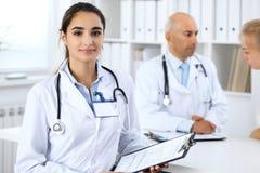 Πορτρέτο της νέας γυναίκας γιατρών στο νοσοκομείο Ισπανικό ή λατινοαμερικάνικο προσωπικό στην ιατρική στοκ φωτογραφία
