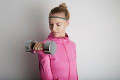 Πορτρέτο της νέας γυναίκας ικανότητας αρκετά που φορά τα ρόδινα αθλητικά ενδύματα Φρέσκο υγιές μοντέρνο αθλητικό κορίτσι που χρησ Στοκ φωτογραφία με δικαίωμα ελεύθερης χρήσης