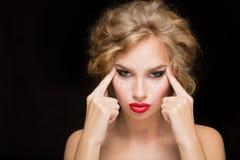 Πορτρέτο της νέας γυναίκας με τα βέλη στο πρόσωπό της στοκ φωτογραφίες με δικαίωμα ελεύθερης χρήσης