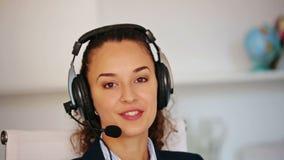 Πορτρέτο της νέας γυναίκας με την κάσκα που λειτουργεί στο τηλεφωνικό κέντρο φιλμ μικρού μήκους