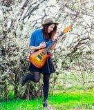 Πορτρέτο της νέας γυναίκας με την κιθάρα Στοκ Εικόνα