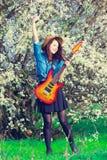 Πορτρέτο της νέας γυναίκας με την κιθάρα Στοκ εικόνα με δικαίωμα ελεύθερης χρήσης