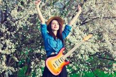 Πορτρέτο της νέας γυναίκας με την κιθάρα Στοκ φωτογραφία με δικαίωμα ελεύθερης χρήσης