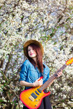 Πορτρέτο της νέας γυναίκας με την κιθάρα Στοκ Εικόνες