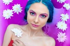 Πορτρέτο της νέας γυναίκας με την μπλε τρίχα στο λουτρό στοκ φωτογραφία με δικαίωμα ελεύθερης χρήσης