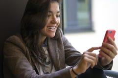Πορτρέτο της νέας γυναίκας με το κινητό τηλέφωνο Στοκ Εικόνες
