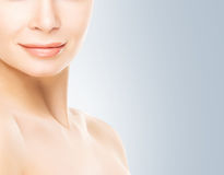 Πορτρέτο της νέας γυναίκας με το ομαλό δέρμα στοκ εικόνες