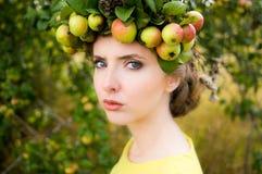 Πορτρέτο της νέας γυναίκας με το στεφάνι Στοκ Φωτογραφία