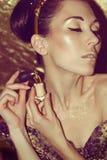 Πορτρέτο της νέας γυναίκας με το χρυσό makeup Στοκ εικόνες με δικαίωμα ελεύθερης χρήσης