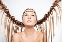 Πορτρέτο της νέας γυναίκας με το hairdo πλεξουδών Στοκ Φωτογραφίες