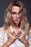 Πορτρέτο της νέας γυναίκας ομορφιάς στο άσπρο θηλυκό πουλόβερ μόδας Στοκ φωτογραφίες με δικαίωμα ελεύθερης χρήσης