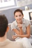 Πορτρέτο της νέας γυναίκας που εξετάζει τον άνδρα της ευτυχώς στοκ εικόνα