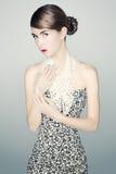 Πορτρέτο της νέας γυναίκας σε ένα φόρεμα τυπωμένων υλών λεοπαρδάλεων Στοκ εικόνα με δικαίωμα ελεύθερης χρήσης