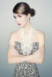 Πορτρέτο της νέας γυναίκας σε ένα φόρεμα τυπωμένων υλών λεοπαρδάλεων Στοκ Φωτογραφίες