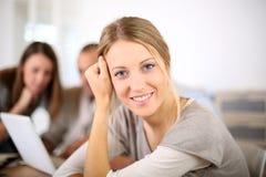 Πορτρέτο της νέας γυναίκας στην τάξη με τους συμμαθητές στοκ φωτογραφία με δικαίωμα ελεύθερης χρήσης