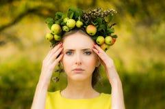 Πορτρέτο της νέας γυναίκας στον κήπο μήλων Στοκ Εικόνες