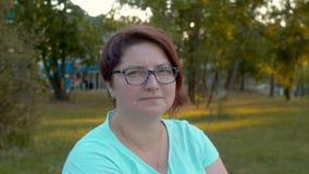 Πορτρέτο της νέας γυναίκας στο πάρκο φιλμ μικρού μήκους