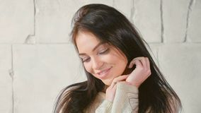 Πορτρέτο της νέας γυναίκας στο πουλόβερ στοκ φωτογραφία με δικαίωμα ελεύθερης χρήσης