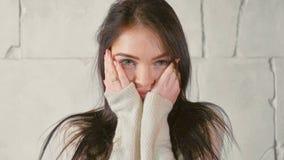 Πορτρέτο της νέας γυναίκας στο πουλόβερ στοκ φωτογραφίες