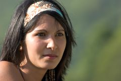 Πορτρέτο της νέας γυναίκας στο shi στοκ φωτογραφίες