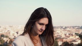 Πορτρέτο της νέας γυναίκας brunette στη Ρώμη, Ιταλία Ευτυχές κορίτσι που ερευνά το πανόραμα πόλεων camera female looking απόθεμα βίντεο