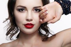 Πορτρέτο της νέας γυναίκας brunette στο άσπρο υπόβαθρο Κορίτσι με στοκ φωτογραφία με δικαίωμα ελεύθερης χρήσης