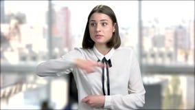 Πορτρέτο της νέας ενοχλημένης επιχειρησιακής γυναίκας απόθεμα βίντεο