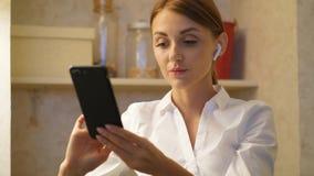 Πορτρέτο της νέας επιχειρηματία που κοιτάζει βιαστικά στο smartphone απόθεμα βίντεο