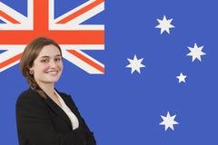 Πορτρέτο της νέας επιχειρηματία που χαμογελά πέρα από την αυστραλιανή σημαία Στοκ φωτογραφία με δικαίωμα ελεύθερης χρήσης