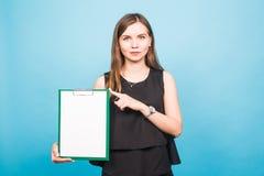 Πορτρέτο της νέας επιχειρησιακής γυναίκας που κρατά ένα κενό έμβλημα εικόνα σε ένα μπλε υπόβαθρο στούντιο Επιχείρηση και τρόπος ζ Στοκ φωτογραφία με δικαίωμα ελεύθερης χρήσης
