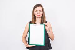 Πορτρέτο της νέας επιχειρησιακής γυναίκας που κρατά ένα κενό έμβλημα εικόνα σε ένα άσπρο υπόβαθρο στούντιο Επιχείρηση και τρόπος  Στοκ Εικόνα
